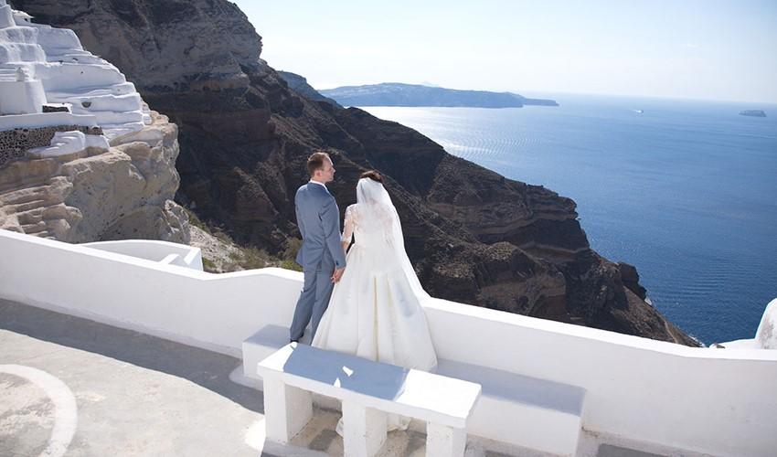 Символическая свадебная церемония на Santorini Jem в Греции на острове Санторини