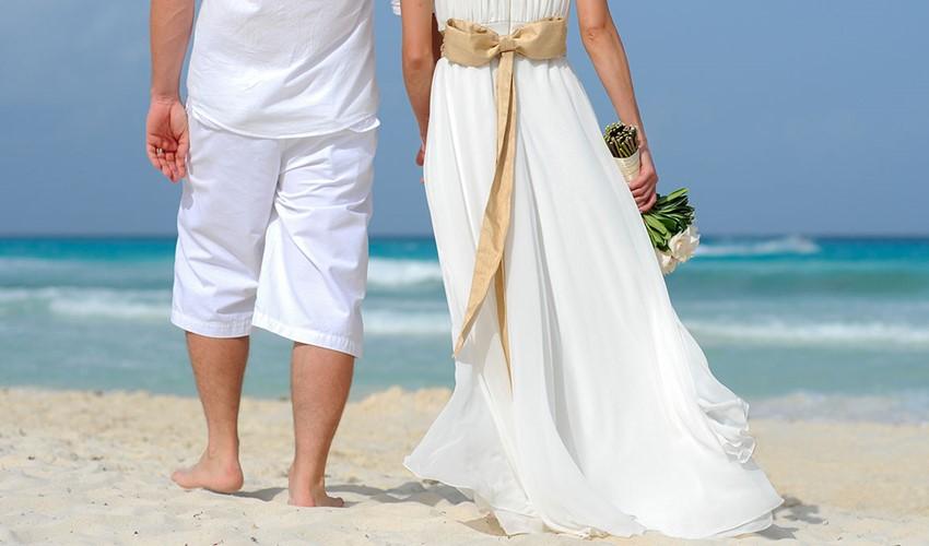 Символическая свадебная церемония на пляже у моря в Греции на полуострове Халкидики