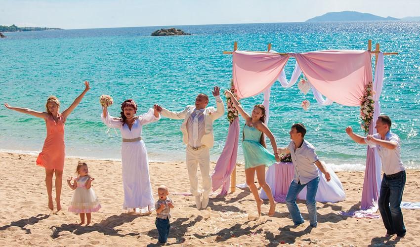 Роскошная символическая свадебная церемония на пляже у моря в Греции на полуострове Халкидики