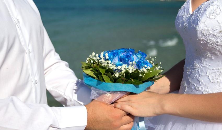 Символическая свадебная церемония на пляже у моря в Греции на острове Корфу