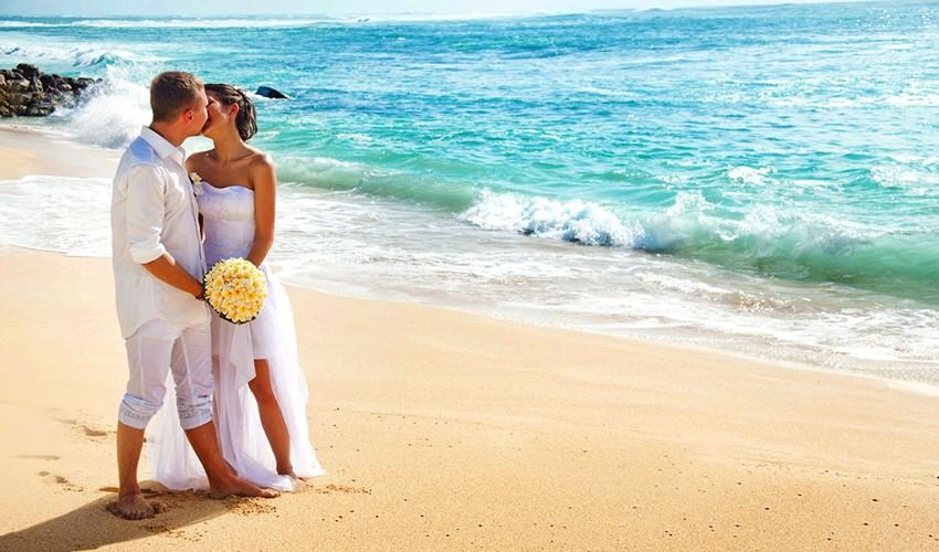 Символическая свадебная церемония на пляже у моря в Греции на острове Кос