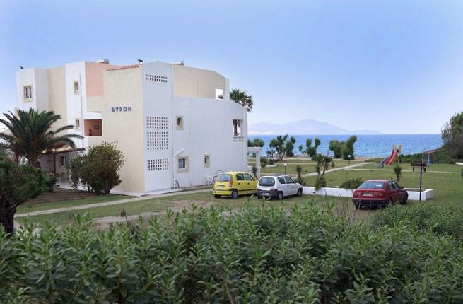 Byron Apartments, Кос