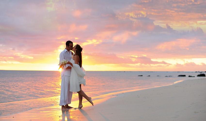 Символическая свадебная церемония на пляже у моря в Греции на острове Закинф