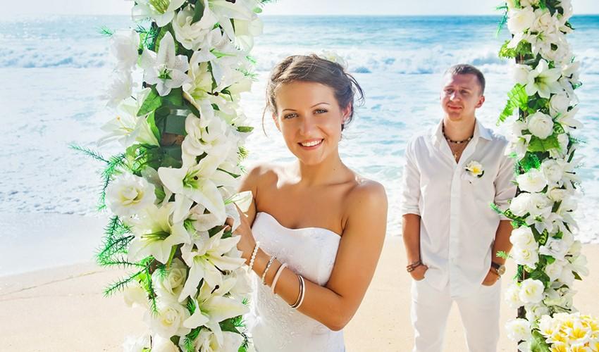 Символическая свадебная церемония на пляже у моря в Греции в Афинах