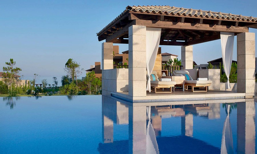 Бассейн в Costa Navarino Hotel The Romanos