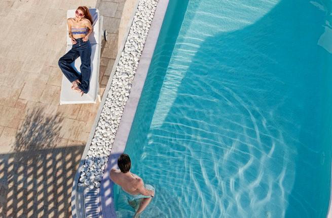 Above Blue Suites Hotel, Санторини