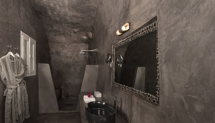 Executive suite with cave plunge pool